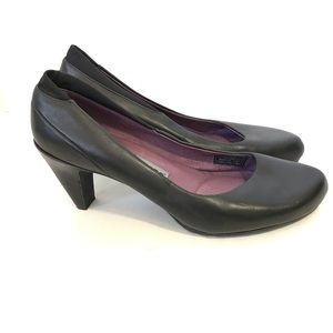 Tsubo black leather heels.